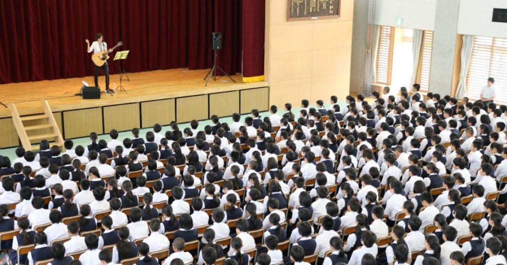 つっちょ 学校ライブの様子
